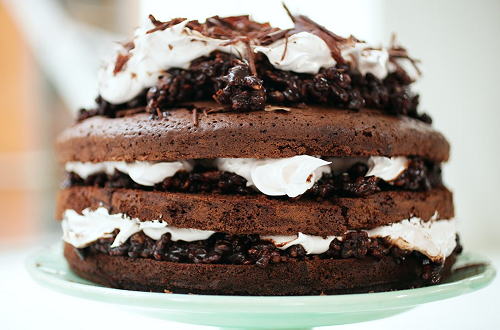 Super rețetă de tort de casă cu cacao, frișcă și…de toate!