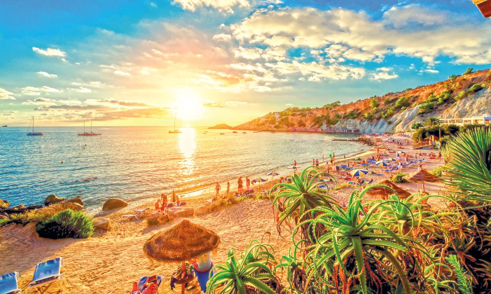 Ibiza la 274 euro/p pentru 7 zile (cazare+avion)